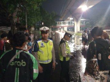 Pada pukul 21.20 tampak banjir di Jl. Tendean Jakarta Selatan, sementara tidak bisa dilintasi semua jenis ranmor.