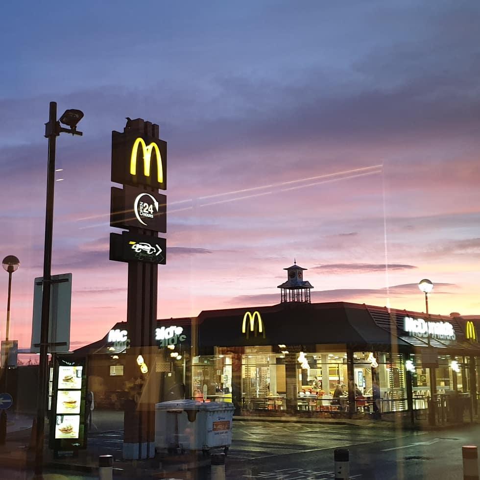 #onmywaytowork #kingstonpark #newcastleupontyne #mcdonalds #metro #tyneandwearmetro #nofilter #sunrise #silhouette #traintracks @my_metro @McDonaldsUKpic.twitter.com/cN8teTxmmM