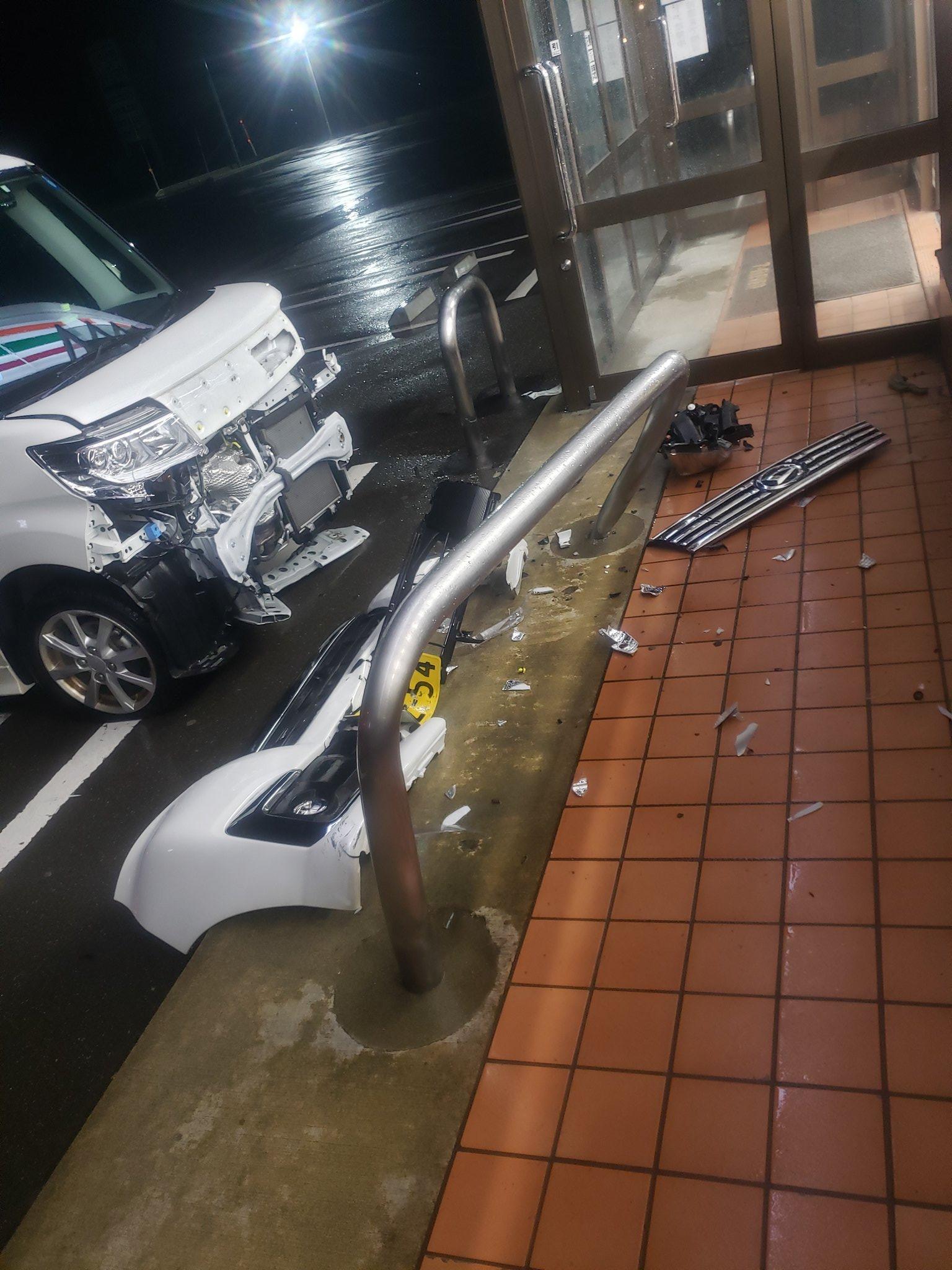 衝撃の光景。コンビニに行ったら車が突っ込みかけて大破していた。