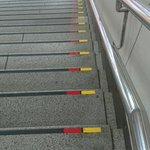 目の視力が弱い方には、階段の目印が大変助かる・もっと全国に広げて欲しい!