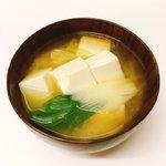 Image for the Tweet beginning: 今日のスープは有賀さん@kaorun6 の #365日のめざましスープ から豆腐のお味噌汁。クロワッサンの有賀さんの記事にここ一番の日に、とあったので初出勤の夫に。今年も一年健康で頑張ってね。 #スープ365  #おうちごはん