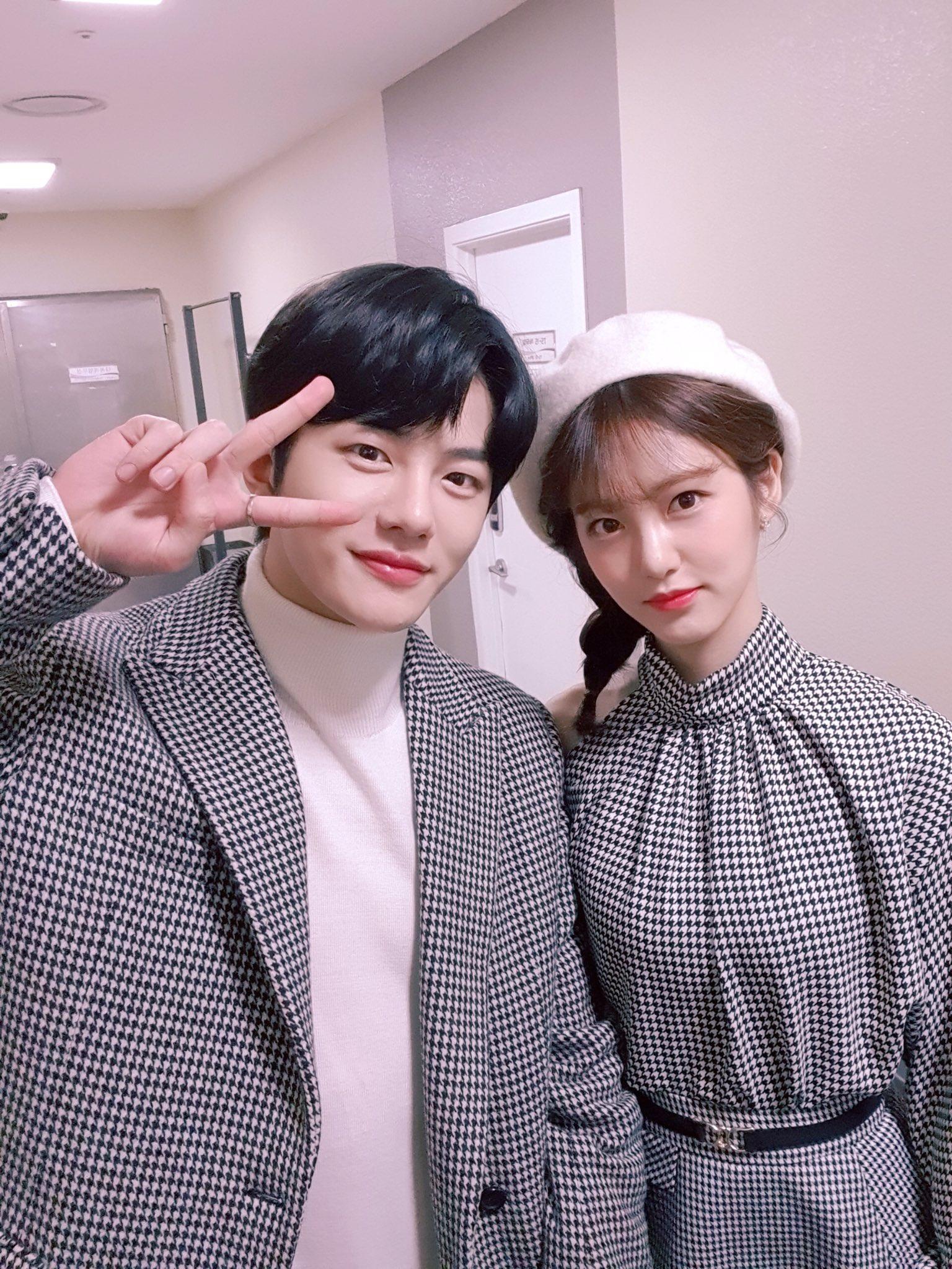 """뮤직뱅크 (Music Bank) on Twitter: """"새해 첫 불금!! 예뽀 MC랑 달료 달료 ♀️ ♂️… """""""