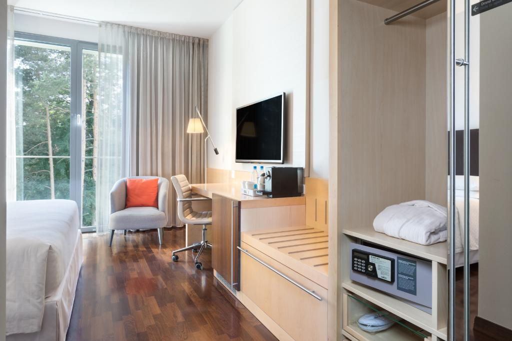 Our Business Rooms are ideal for business travelers featuring perfect home away from home setting. Free Wi-Fi? Check. Comfortable working desk? Check. Relaxing Four Comfort Bed? Check. Discover more! #travel #business #fourpoints #visitljubljana #ifeelslovenia #ideas #trips https://t.co/9LZtRDztm4