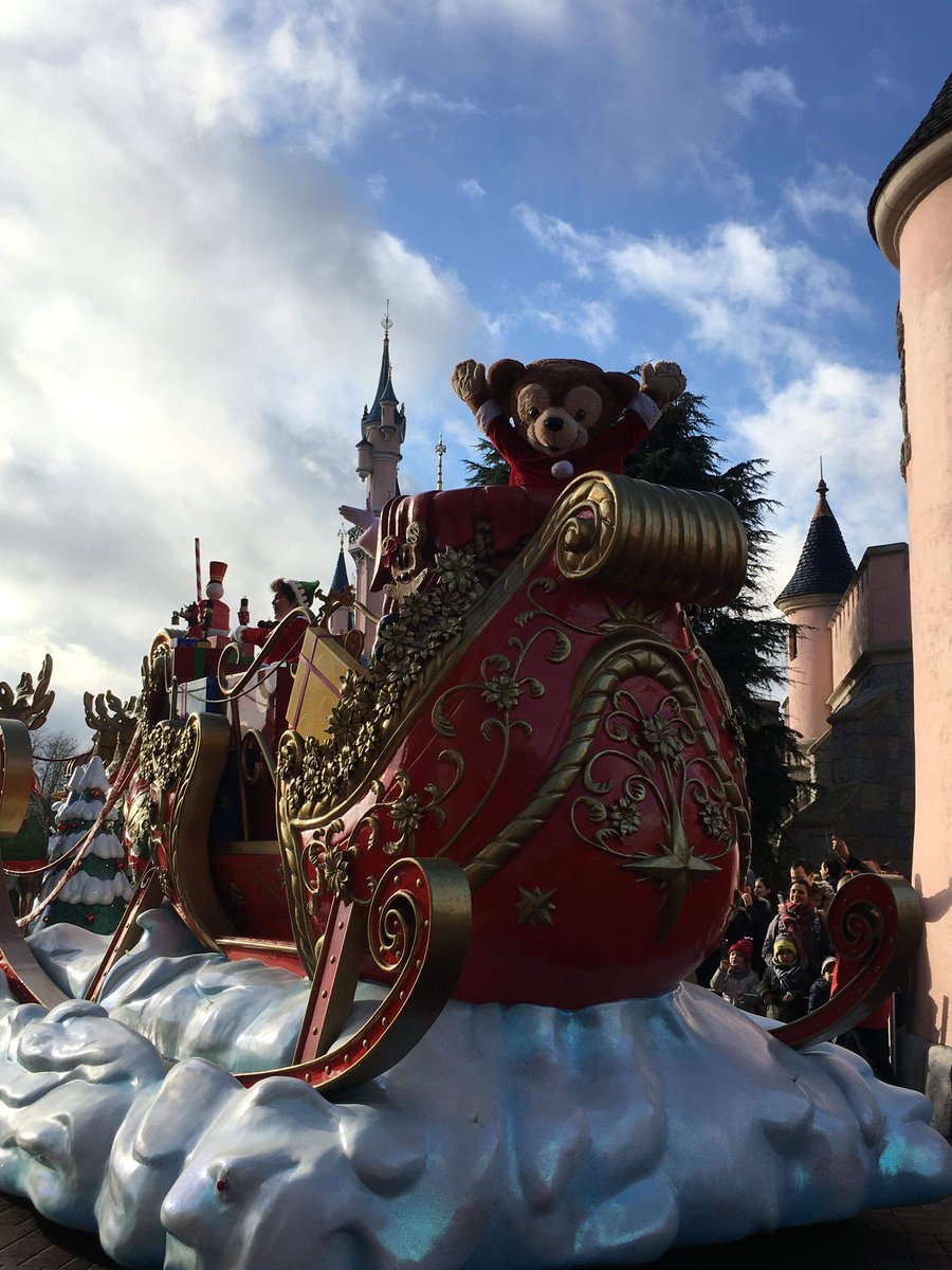 A big #CastCompliment to Duffy @ the X-mas parade today @ 12 o'clock 🤩 He was amazing and we love him 🥰😍♥️ @DLPHelp @DisneylandParis #dlp #dlplive #duffythedisneybear #duffy #disneylandparis