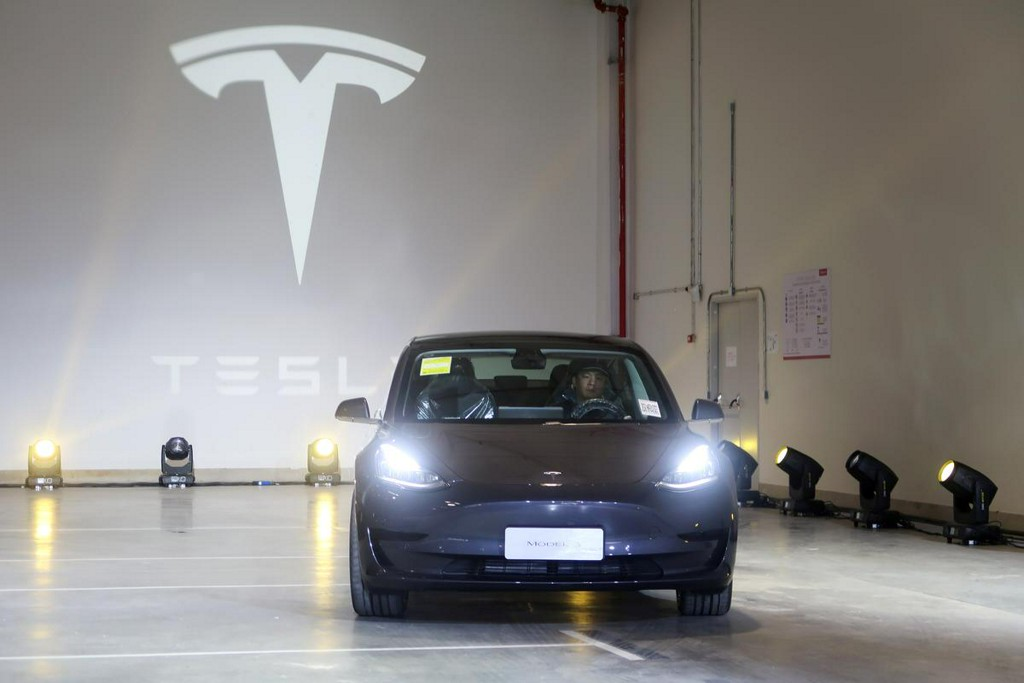 Tesla beats estimates for fourth-quarter deliveries