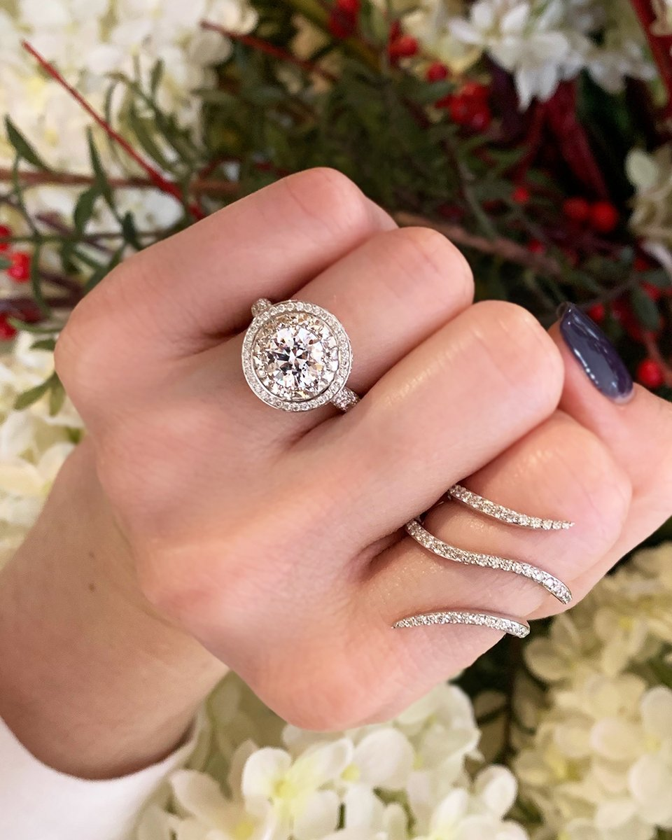Discover the brilliance of a blaze cut diamond by @bezambarofficial 💎🔥    #blazecutdiamond #blazediamond  #chicagoweddings #proposalring #engagement101 #ringgoals #blingqueen #futureheirlooms #diamondhalo #doublehalo #fancydiamonds #uniqueengagementring