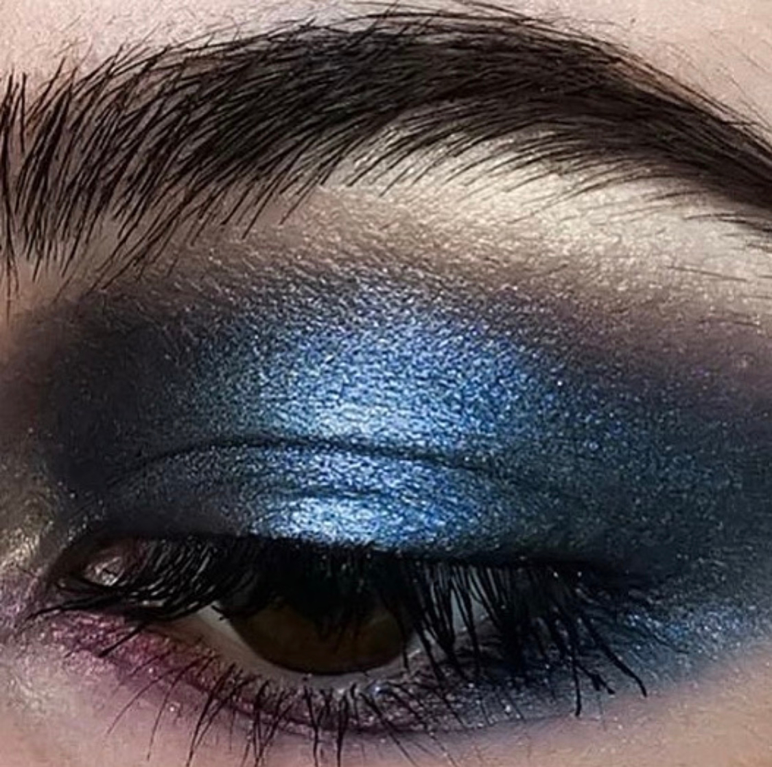 This gorgeous eye look is too lovely not to share twice! #futurefaces artist @sineadartistry is one to watch   #eyeshadowpalette #palettes #love #art #face #eyelook #eyemakeup #eyemakeuplook #makeuplook #navy #navymakeup #navyeyelook #navyeyeshadow #brows #browlookpic.twitter.com/37mc1iDvGR