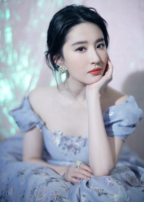 2019 Weibo Awards Ceremony EN_uYI4UYAAEBJL?format=jpg&name=small
