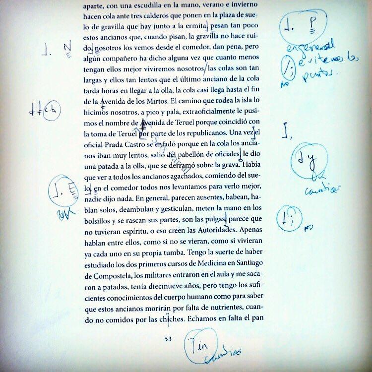 A veces la gente te pregunta cómo es la corrección de las galeradas de una novela. Ésta es una página de #TrilogíaDeLaGuerra . Lo que está en azul oscuro son comentarios de la editorial, los de azul más claro son mis respuestas a esos comentarios. Y así 500 más. #Galeradas