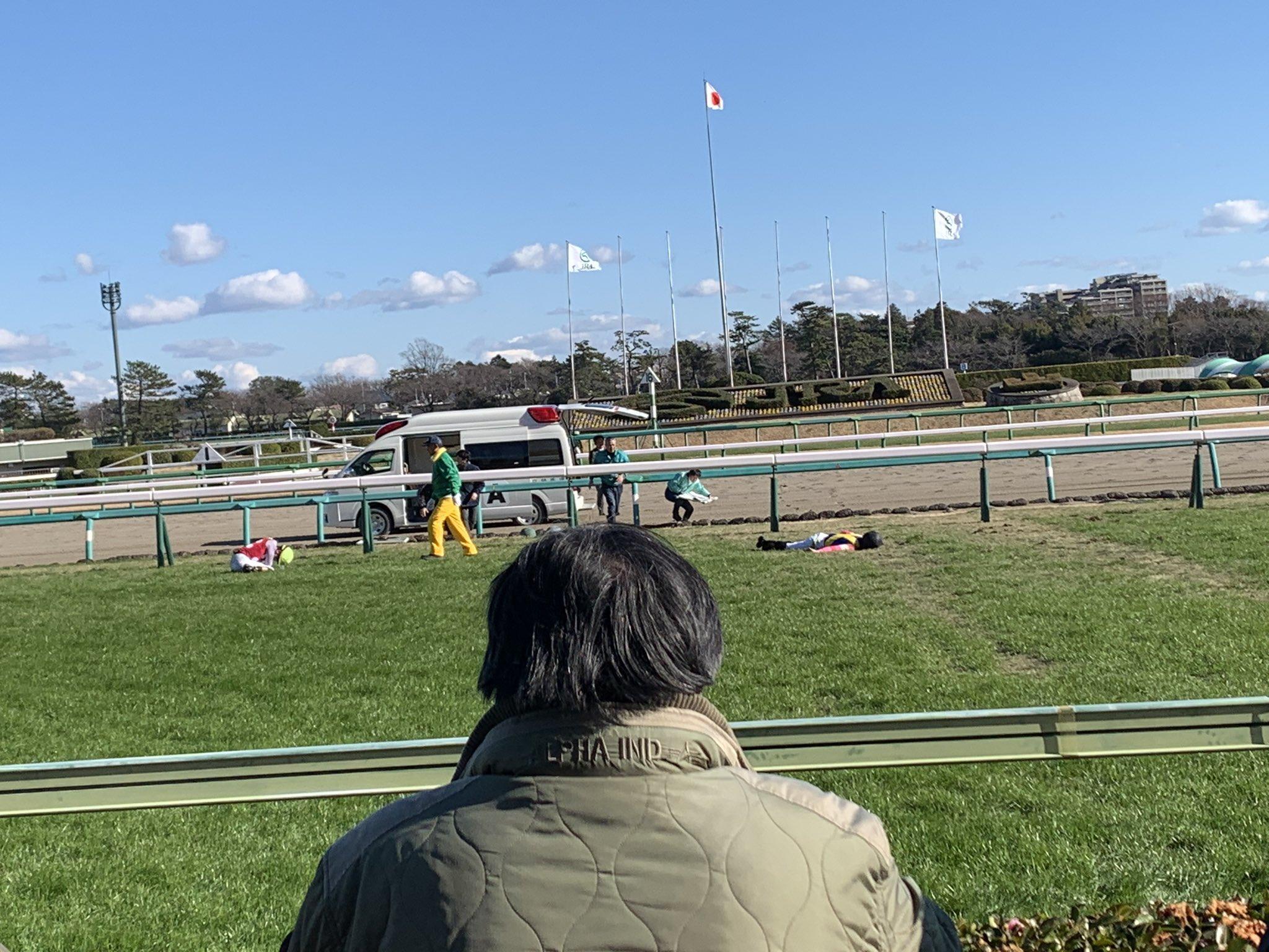 中山競馬の落馬事故で大塚海渡騎手が意識不明で倒れている画像