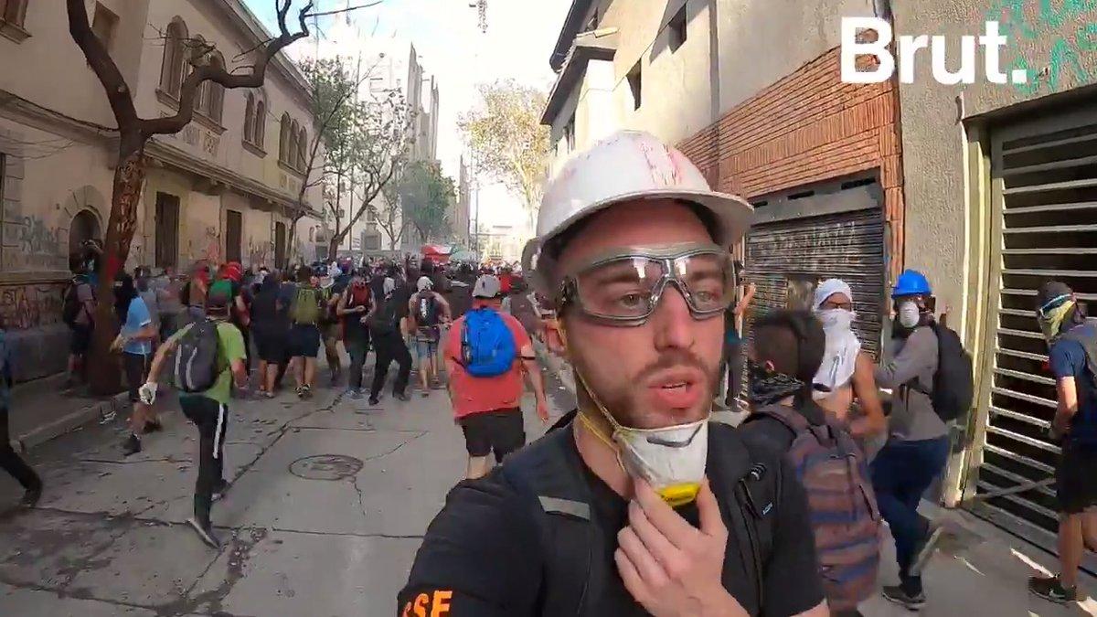 Au moins 27 morts, des milliers de blessés, cest le lourd bilan de la crise qui secoue le Chili. Depuis plus de 2 mois, les Chiliens sont dans la rue pour protester contre les inégalités sociales dans le pays. Le reportage de @charlesvillaa sur place 👇 youtu.be/zy3PjiGSpig