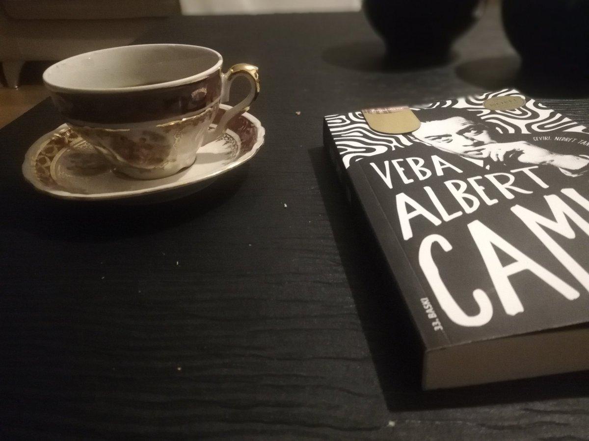 """#kahvekitapkeyfim #canyayınları Kitabın ilk sayfası Daniel Defoe'nun sözü ile başlıyor :""""Bir hapsedilmişliği başka bir hapsedilmişlikle göstermek, gerçekte var olan herhangi bir şeyi, var olmayan bir şeyle göstermek kadar mantığa uygundur."""" Albert Camus'nün Veba kitabını yazarken"""