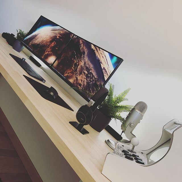 J'ai ajouté des Philips Hue Play sur mon bureau qui sont synchronisés avec le contenu affiché sur les écrans #desktop #setup #setups #setupinspiration #diy #diywoodwork #ditwoodcraft #setupgamer #logitech #hue #design #interiordesignpic.twitter.com/oHj59amRMq