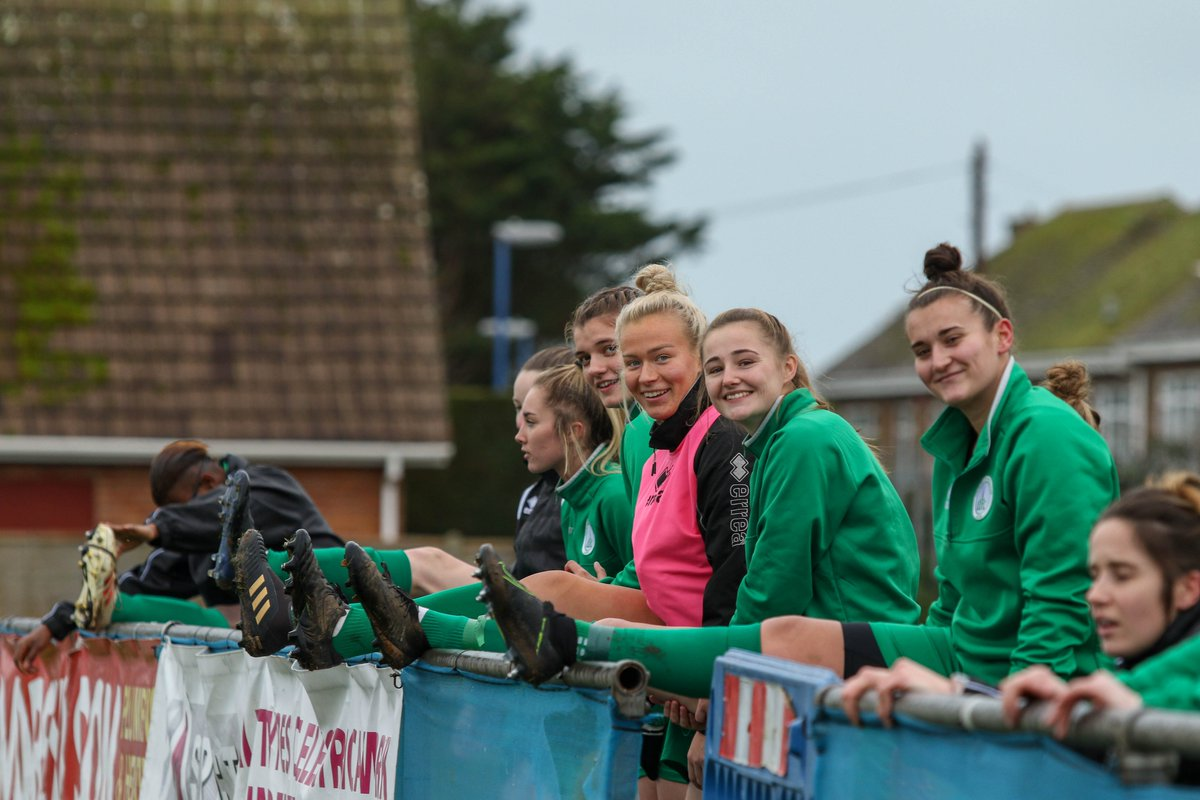 Even if not feeling it this lot always make me smile! Always looking out for each other! @Nickylake4 loving the new style!!! #somuchloveforthisteam #smiles #lookingoutforeachother #team #UpTheChi #sportsphotography #clubphotographer #poweredbychocolate @montezumas pic.twitter.com/OJHvDrt1i8
