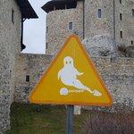 ポーランドの古城にある道路標識が、めちゃくちゃ可愛いいけどなんの標識?