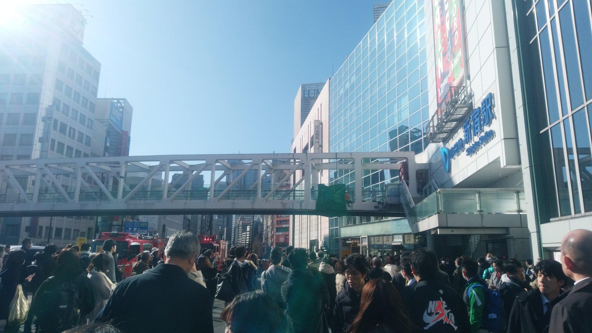 新宿駅南口の歩道橋で男性が首吊り自殺している現場の画像