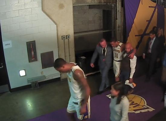【影片】湖人外線連傷兩將!Bradley遭遇90度崴腳被攙扶下場,球員通道偶遇Pope!-籃球圈