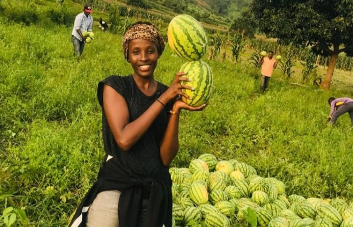 The future of Rwanda's Agriculture rests with the youth:   Gloria Mutuzo, A young  entrepreneur in agriculture from @IwacuF who harvests notes in Chilli & watermelon in @RwamaganaDistr.  She envisioning to become the leading producer processor& exporter of horticultural products. https://t.co/wah140Y8f9