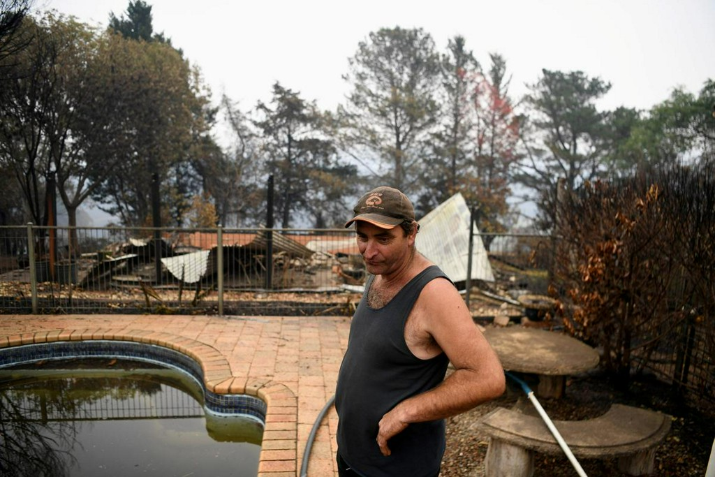 Fireballs 'like a hurricane' bring death and devastation in Australia