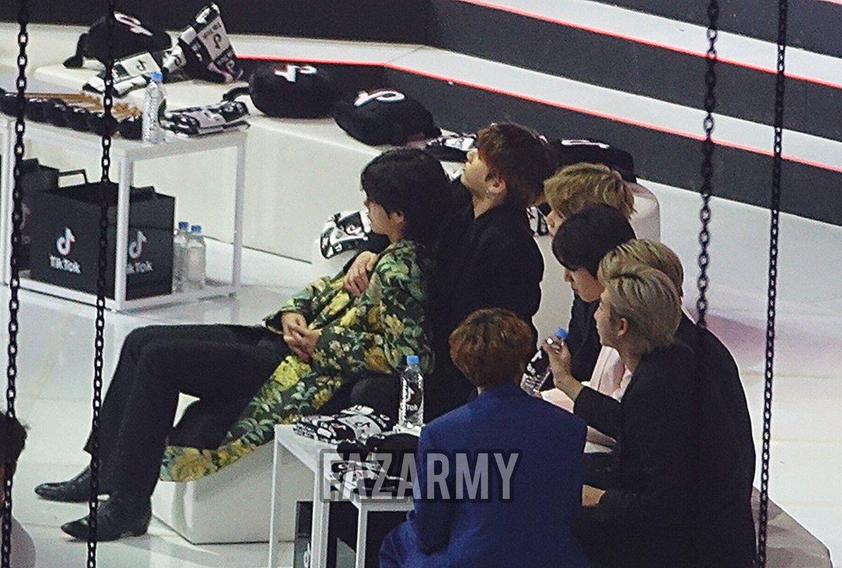 200105 TAEKOOK with the gang #GoldenDiscAwards #방탄소년단  #taekook #jk #v #taehyung #jungkook<br>http://pic.twitter.com/Sv299NsFgT