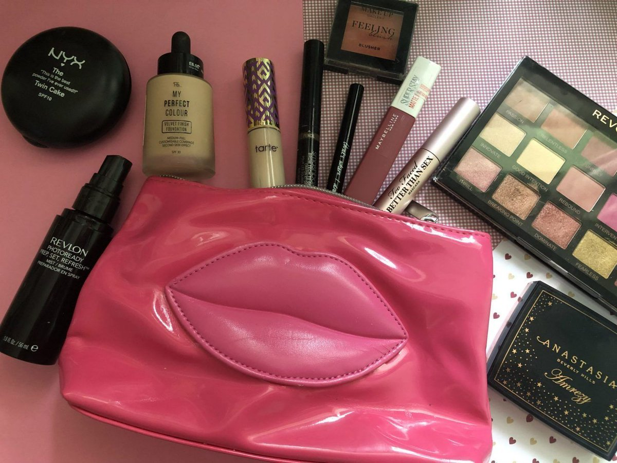 What's in my makeup bag: Winter edition https://buff.ly/2U4RpQC #wintermakeup #makeupbag #whatsinmymakeupbag #beauty #bbloggers #beautybloggers #blogginggals #bloggerbabesrt @BBlogRTpic.twitter.com/ygO8PsLVip