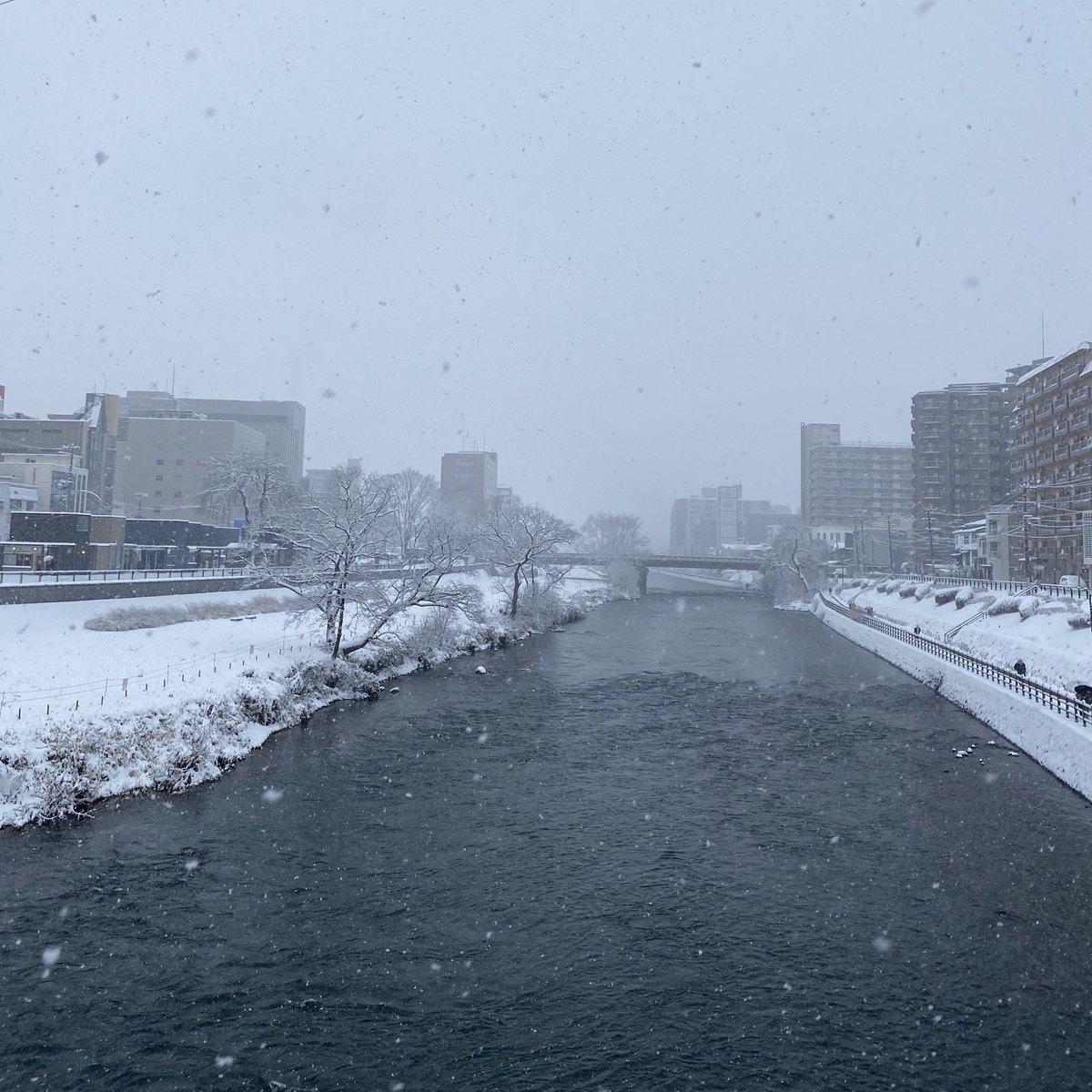 2020/01/08 盛岡市の開運橋から撮影。雪が降っています。みなさま、体調管理に気をつけてお過ごしください。 #岩手 #盛岡 #北上川 #岩手においでよ