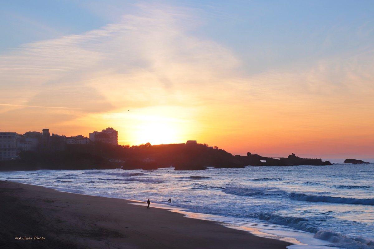 C'est pour tous ces petits plaisirs que nous offre dame nature que j'aime ma vie.  Dans la vie, on a le bon temps que l'on se donne.  Ici et maintenant est le plus bel instant de la vie #sunset   #Biarritz   #instantprésent pic.twitter.com/yQHAFoAsCq