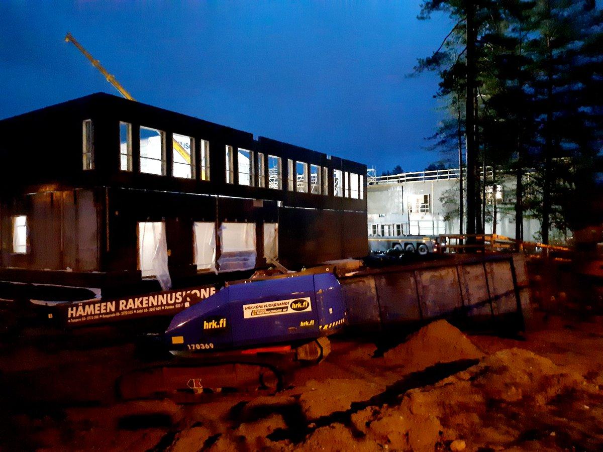 .@rakokiven #monitoimitalo'n raksalla tehdään töitä säiltä suojassa! #Sääsuoja'n lisäksi työmaalla on käytössä myös liuta muita hyviä toimintatapoja, joilla valmiissa #koulu'ssa varmistuu hyvä #sisäilma. Lue lisää:  #betonikuivuu #rakokiveen #rakentavasti https://t.co/seLY88vSLs