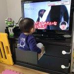 テレビボードの引き出しの中に入ってテレビを見ている男の子!面白い発想!