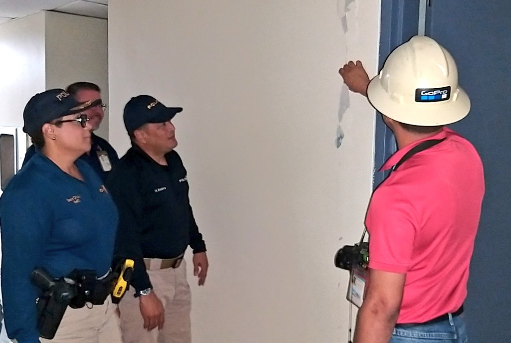 El Comisionado de la Policía, Henry Escalera Rivera, visitó la comandancia de Utuado para verificar daños y allí se reunió con la Coronel Diana Crispín, Cmdte de área, con el Alcalde de dicho municipio y el Ingeniero Kidlee @AEPONLINE @wandavazquezg @DSPnoticias @fortalezapr