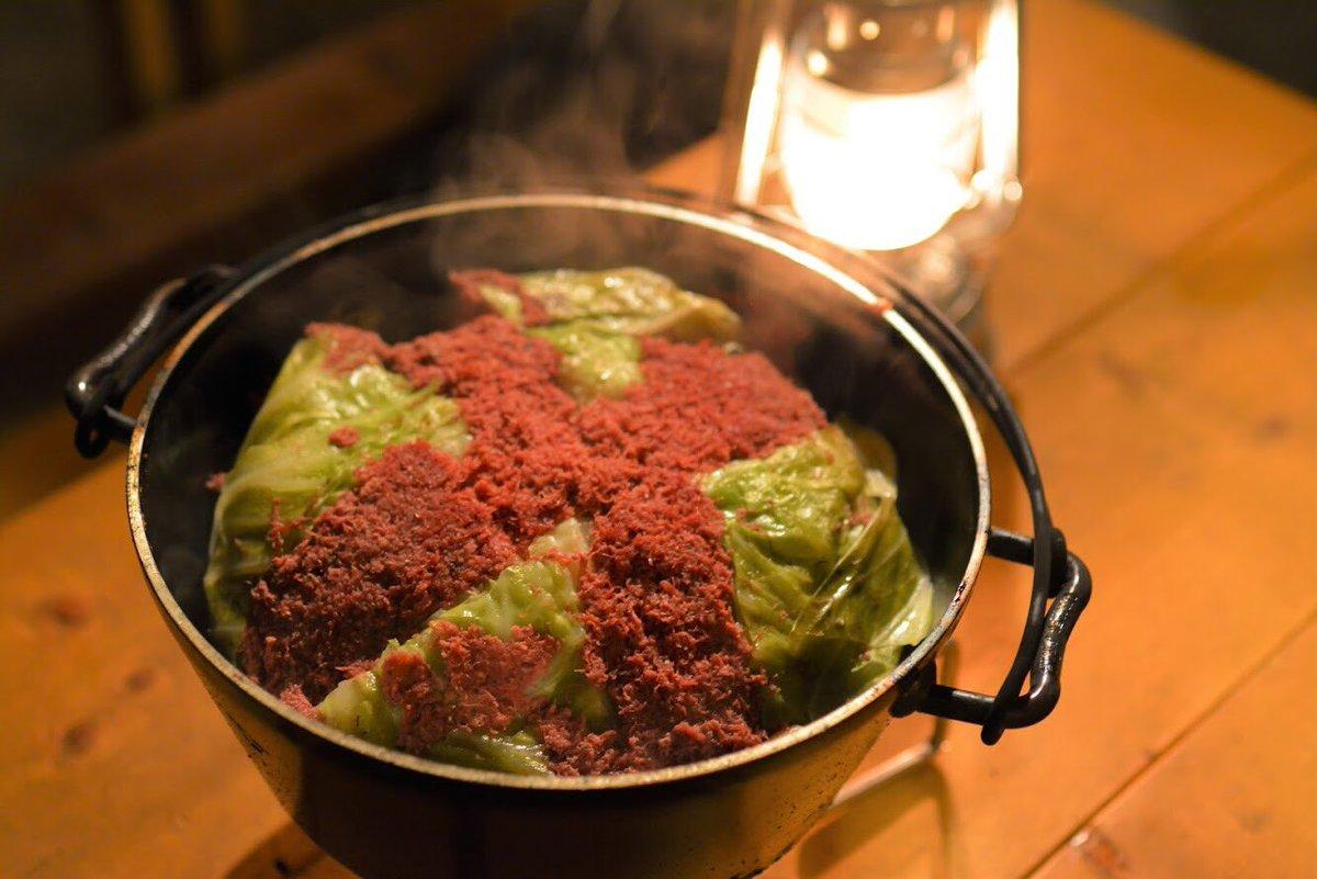 タピオカの代わりにキャベツを、ミルクティーのかわりにコンビーフを使用したタピオカミルクティー鍋がコチラです