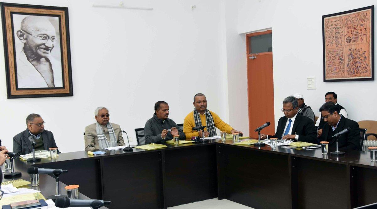 संकल्प भवन में जल-जीवन-हरियाली अभियान की प्रगति के संबंध में समीक्षा बैठक करते हुए।#JalJivanHariyali https://tinyurl.com/vmyxx8g