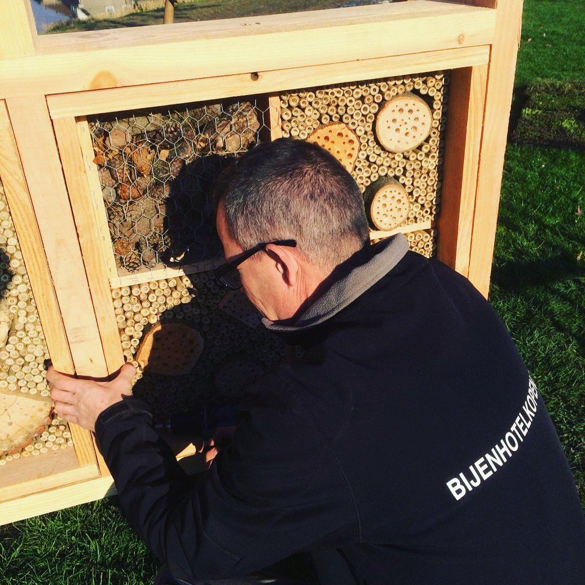 Lekker in de zon, in de frisse buitenlucht, in de mooie Gemeente Moerdijk een professioneel bijenhotel plaatsen. Dat is fijn werken!   #weloveourjob #bijenhotel #bijen #nederlandzoemt #moerdijk #bestuivers #natuur #biodiversiteit pic.twitter.com/EDFmuon79L