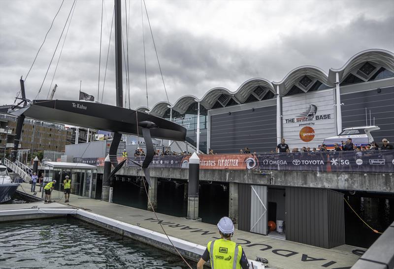 Emirates Team New Zealand ha varato la barca su cui si faranno tutti i test per arrivare allo scafo definitivo che difenderà l'America's Cup nel marzo del 2021. https://tinyurl.com/wpofrzy
