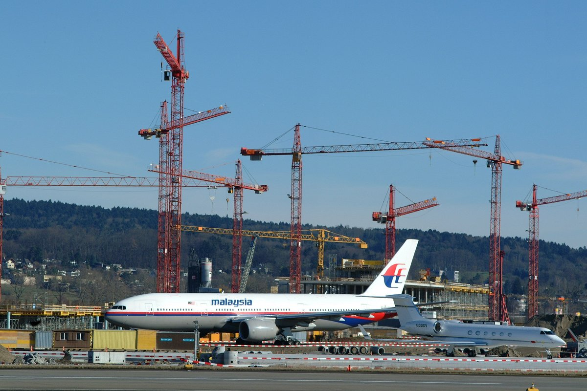 #ThrowbackThursday - @MAS at #ZRH during the @wef 2001. ✈️  In the background, Dock E is being built, which was opened two years later.  🛠️ https://t.co/zD1Djxh7bQ