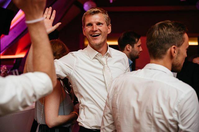 Wenn Braut und Bräutigam auf der Tanzfläche Spaß haben, dann wird die Party auch richtig gut!    #kameramitherz #hochzeitsfotograf #hochzeitsfotos #fotos #hochzeit #heiraten #hochzeitsfotografkoeln #brautpaar2020 #hochzeit2020 #bräutigam #spaß #tanzenpic.twitter.com/UyG7DBce7J