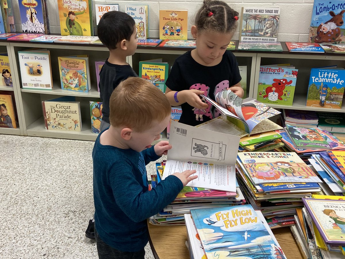 It's Book Swap Day! Here are some @SalemESVB Pre-K cuties finding some good books! @JimersonPK