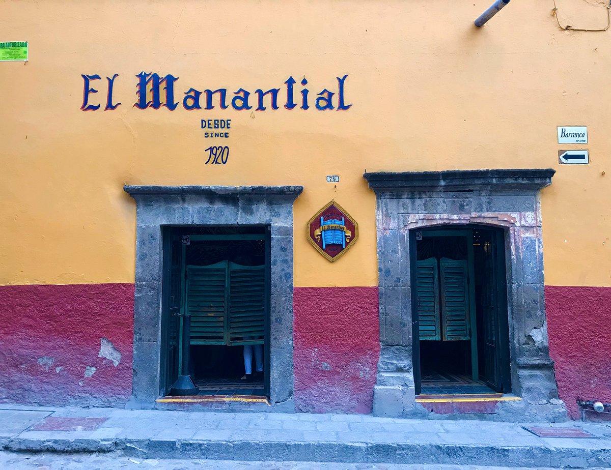 Abrió sus puertas en 1920 convirtiéndose en la cantina más antigua de San Miguel de Allende. Con un ambiente ecléctico, es un excelente lugar para tomar una cerveza helada mientras tomas un descanso de tus andares turísticos   #ventadecasas #realstateagent #property #propiedadespic.twitter.com/Z6FfN41Ux2