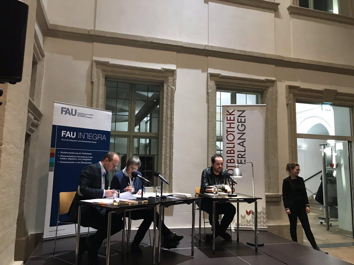 "Volles Haus! Max #Czollek mit ""Desintegriert euch!"" in der #Stadtbibliothek #Erlangen zu Gast! @rubenmcloop /mnpic.twitter.com/UouyJOBY6i"