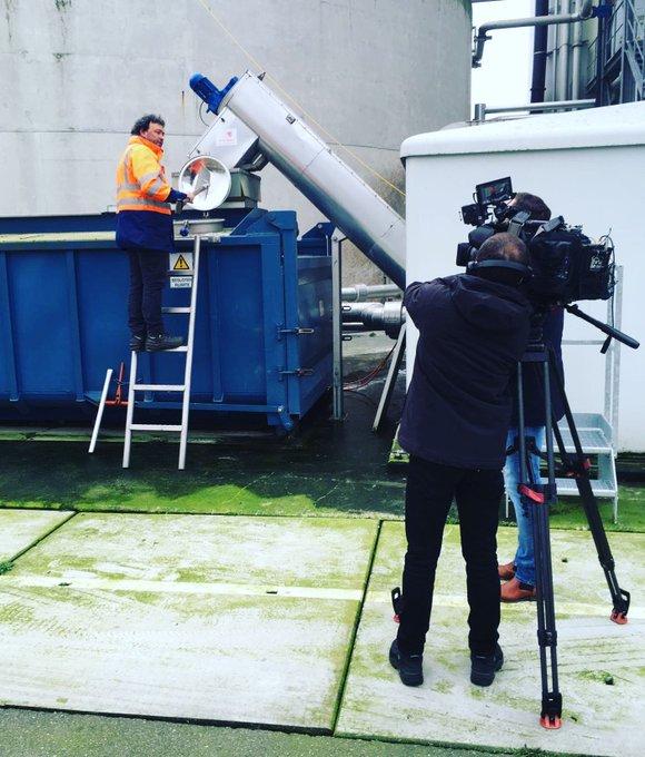 Onze Alex laat zien hoe we struviet (soort #kunstmest) winnen tijdens het afvalwaterzuiveringsproces. Vanavond te zien bij @EditieNL op @RTL4 om 18.17 uur!