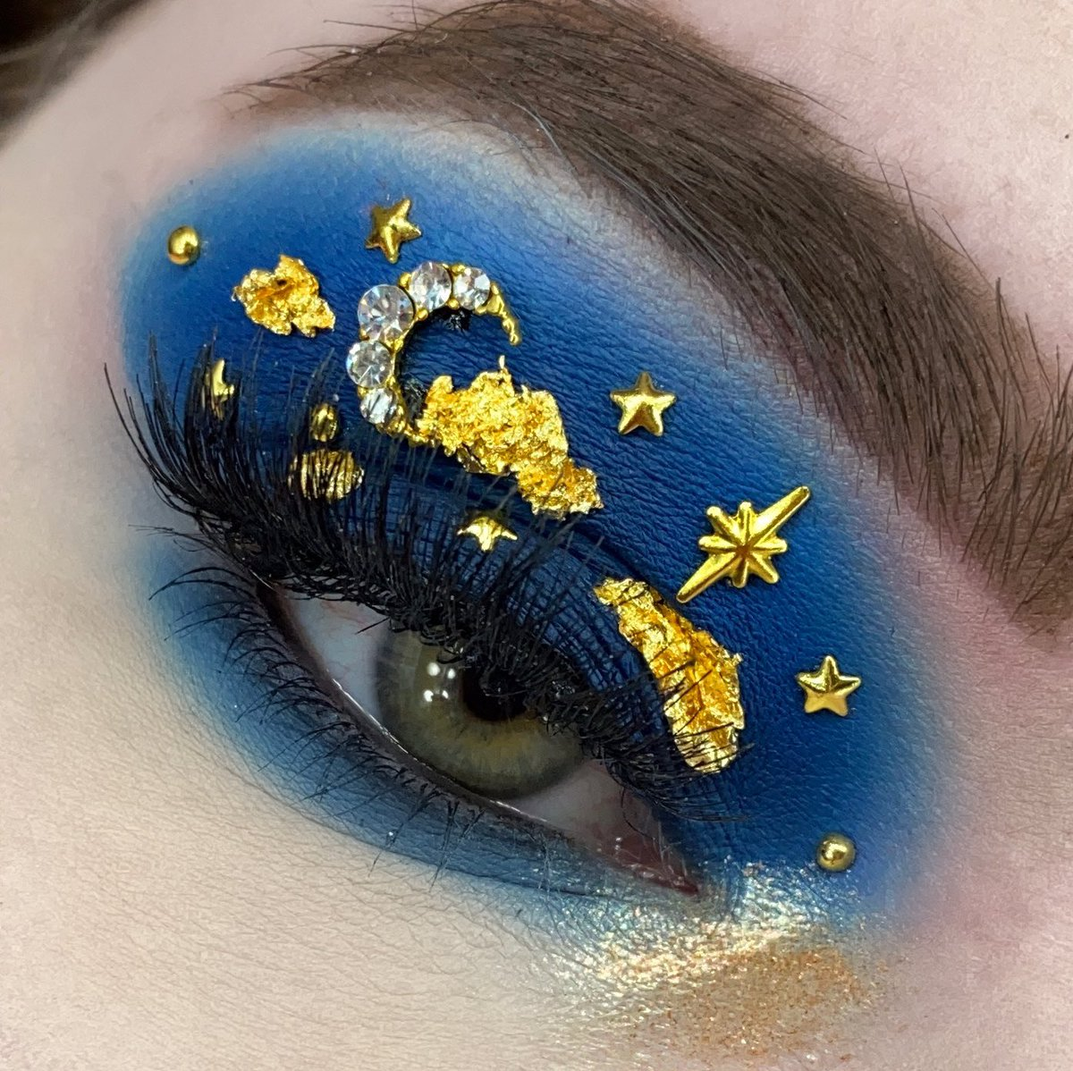 Another  themed look,  I had this bright idea to use a deep blue and to do clouds out of gold flecks this time. The clouds were not easy lmao   I used @ProfusionCo cool toned pallete and makeupbycheys gold flakes <br>http://pic.twitter.com/Q6iBsHBGhg