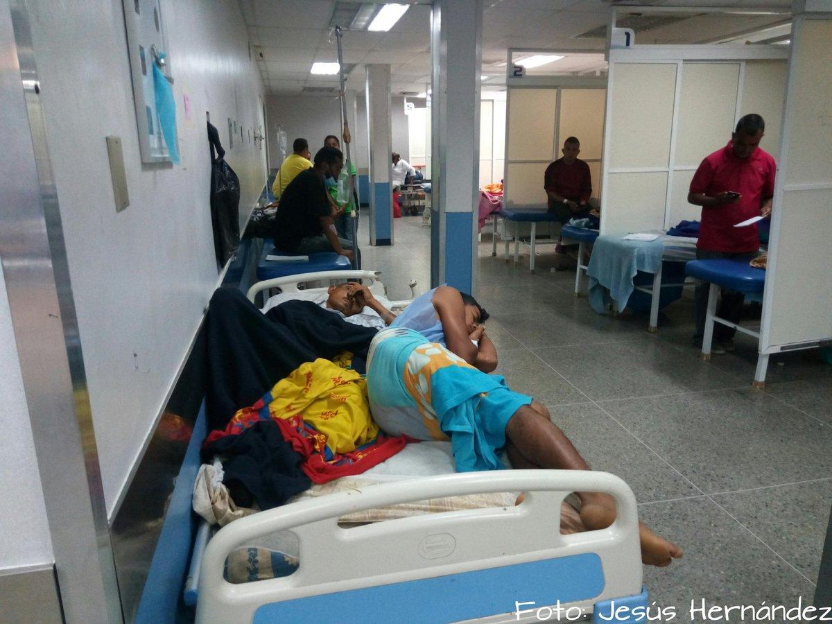 El colapso en la sala de emergencia del Hospital Central de Barquisimeto hace que pacientes compartan una misma camilla. #Lara #Barquisimeto #Emergemcia #21E pic.twitter.com/x3D0ketRrm