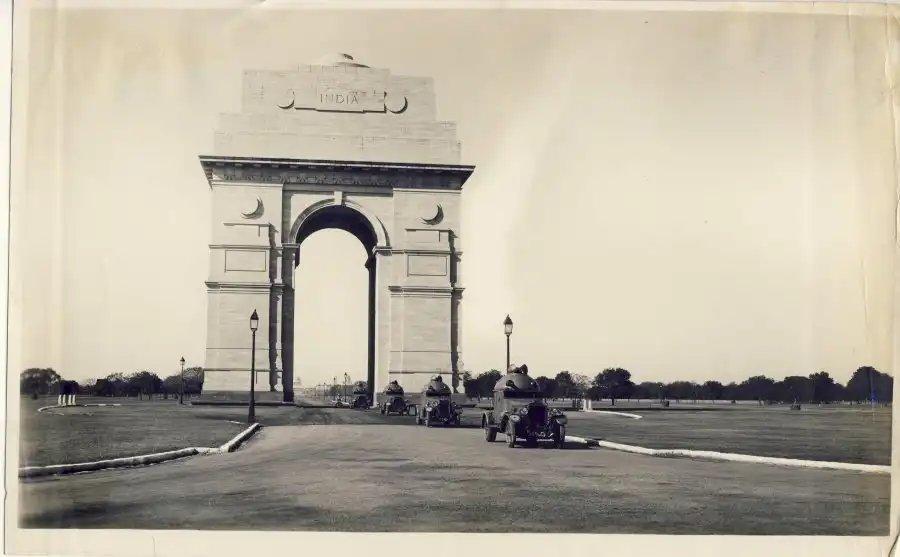 #RarePic Armored cars passing through India Gate – Delhi 1930's