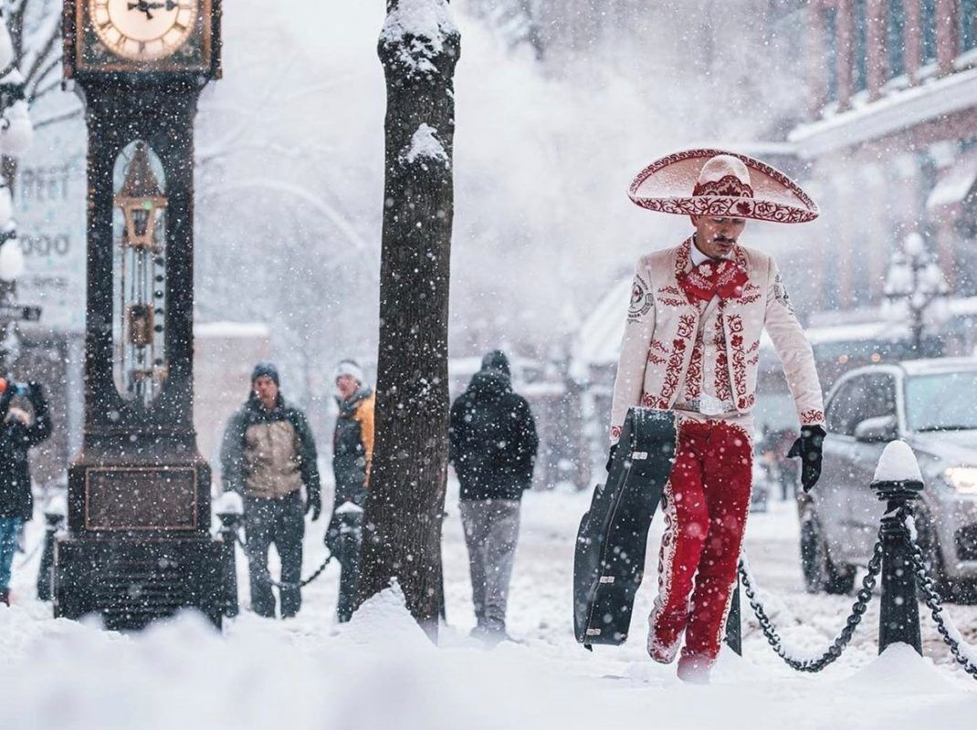 Quién es el #mariachi bajo la tormenta de nieve en la foto que se hizo viral en redes sociales? #diadelmariachi https://t.co/zFTQEz7Hbi https://t.co/BnV52ezifb