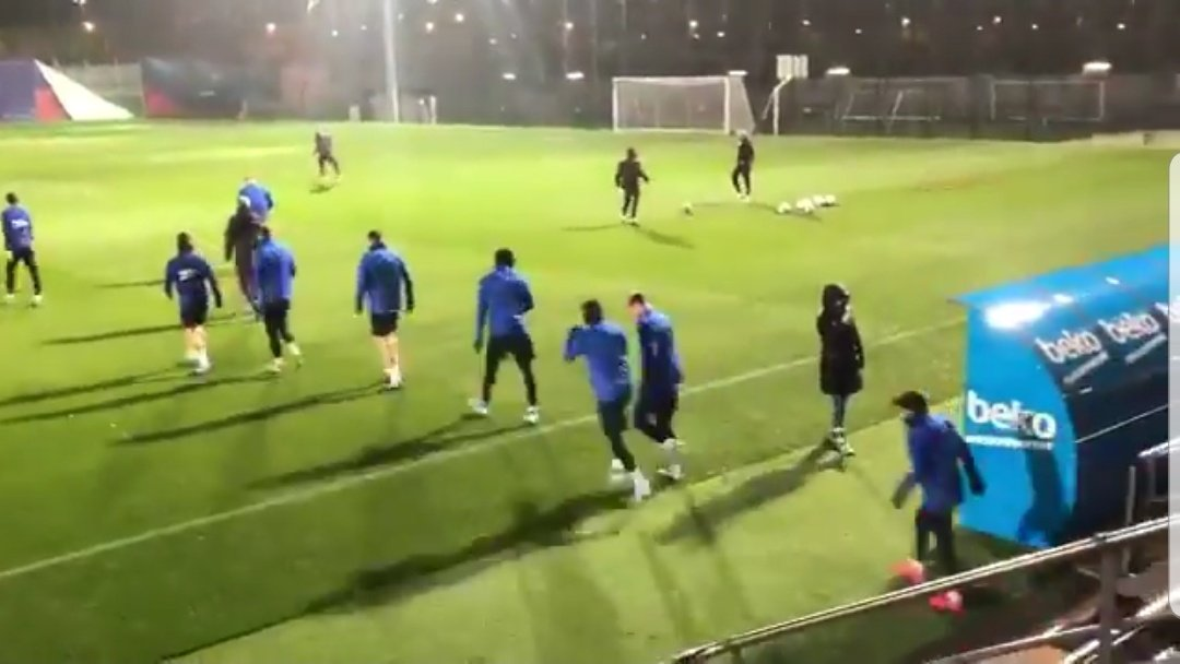 """As the players walked out of the dressing room, Pique screamed """"At least cancel the training session!""""  Strong winds in Barcelona right now. <br>http://pic.twitter.com/VTzvdfj3yM"""