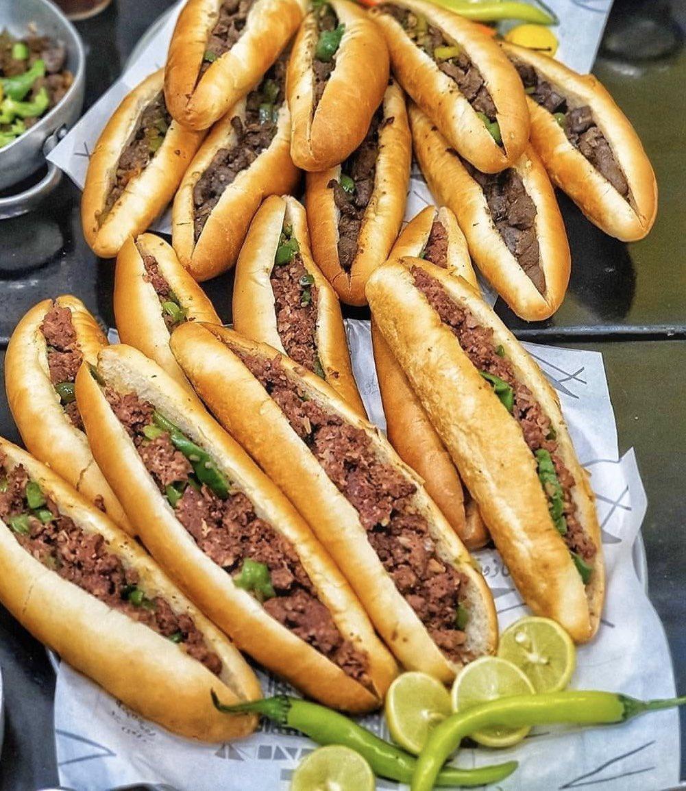 エジプトのB級グルメ、炒めたレバーとピーマンをパンに挟んだサンドウィッチ(ギブタ)♪臭みも無いし、ピーマンの苦味が効いててベストマッチ。ひとつ1ポンドくらい、10円もしないから激安!!地中海沿いのエジプト第2の都市アレキサンドリア… https://t.co/giCdS14PTE
