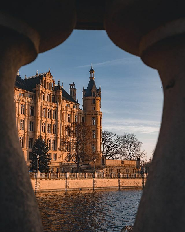 Finding new angles . . . #schwerin #schwerincastle #visitgermany #discovergermany #castle #palace #neverstopexploring #peoplescreative #stayandwander #travel #moodygrams #reflections #roamearth #earthoutdoors #nakedplanet #tourtheplanet #germany #deutsch… https://ift.tt/36fISwm pic.twitter.com/w6AkvJwm8u
