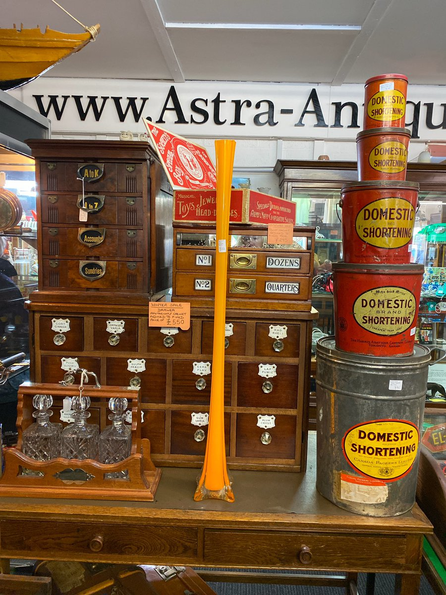 So much to love in this picture #advertising #advertisingtins #vintageglassware #vintagetins #sewingdraws #cottondrawers #sewersofinstagram #chemistsdrawers #shopdisplay #astraantiquescentre #hemswell #lincolnshire<br>http://pic.twitter.com/8ag6rWKfk1