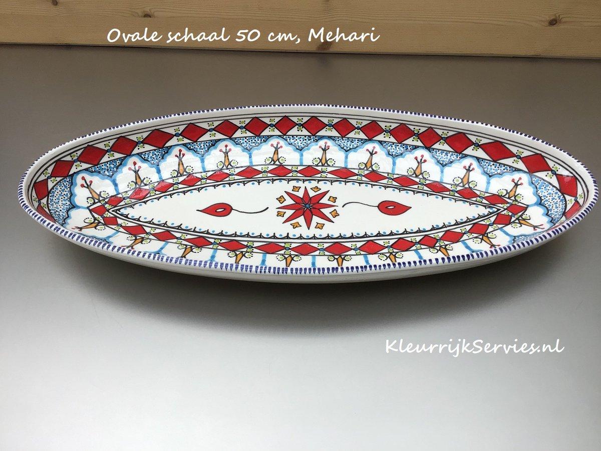 Ovale schaal van 50 cm van het motief Mehari, Tunesisch aardewerk. #kleurrijkservies. Handbeschilderd, gemaakt van witte klei. #Fairtrade . Een sieraad op tafel. pic.twitter.com/oRbatqMNR4