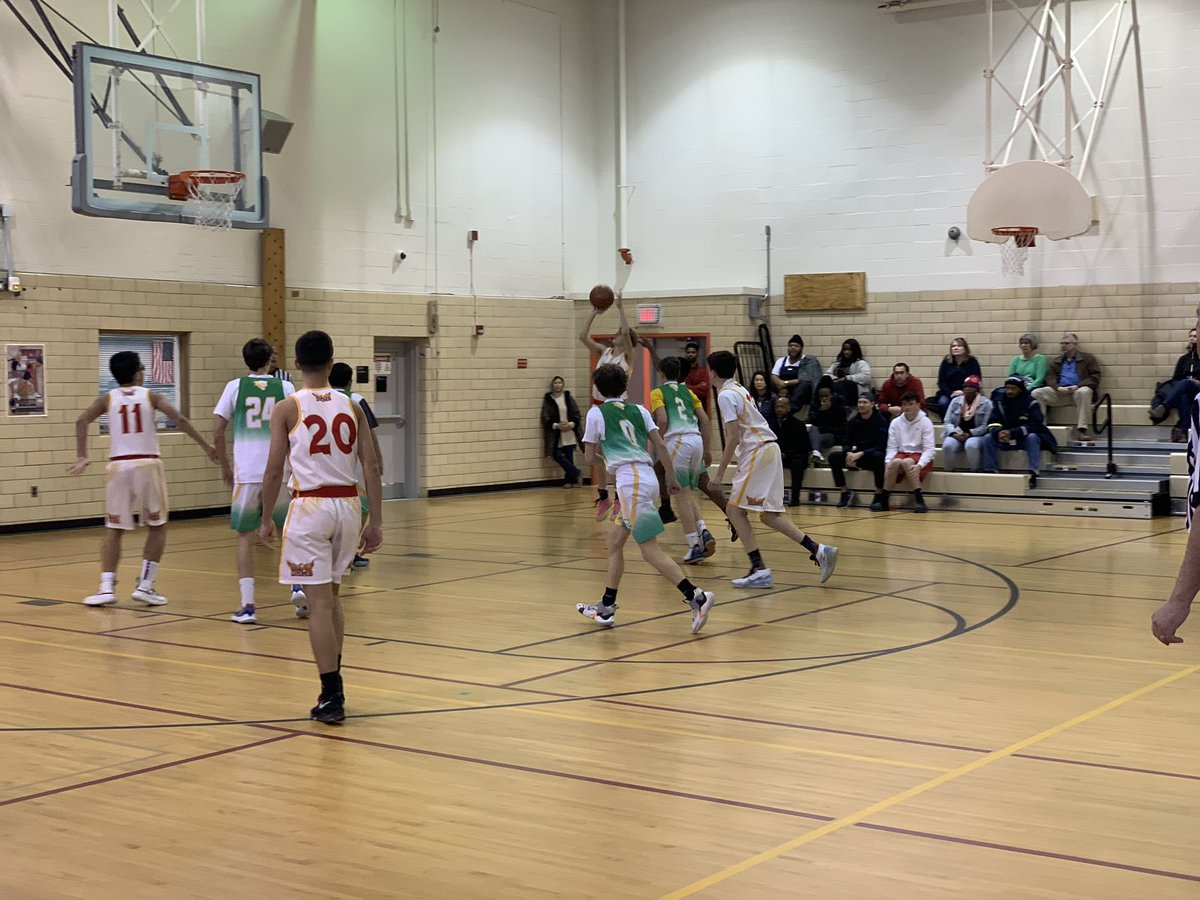 And the first game of the boys' season underway. At the end of the 1st quarter 9-8 Kenmore. <a target='_blank' href='https://t.co/5FcuV5nAXZ'>https://t.co/5FcuV5nAXZ</a>
